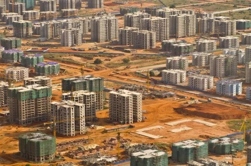 Ce projet est né en 2008 d'une promesse électorale de l'actuel président de l'Angola, José Eduardo Dos Santos, au pouvoir depuis 1979. Il avait promis de construire un million de foyers en quatre ans. Selon ses opposants, le chef de l'État a monté ce projet pour gagner les prochaines élections générales du 31 août 2012. (Crédit photo: Facebook)
