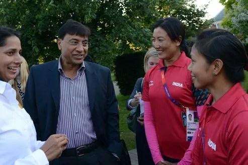 Lakshmi Mittal discute avec des athlètes indiens.