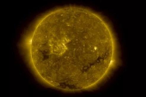 Le Soleil serait né d'une étoile trente fois plus massive que lui, en même temps que 2000 autres étoiles. Cette étoile «mère» est morte depuis dans une gigantesque explosion de supernova.