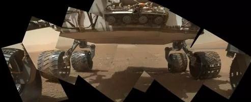 Avec son bras articulé, Curiosity a réalisé un autoportrait de sa partie inférieure à des fins de diagnostic après ses premiers tours de roue.