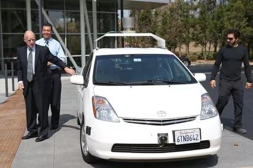 Jerry Brown, gouverneur de Californie, le sénateur Alex Padilla et Sergey Brin, cofondateur de Google, ont testé le véhicule autonome du géant américain de l'Internet.