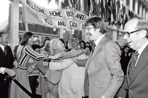 Devant le secrétariat d'État à Washington, le 1er février 1980, la foule accueille les otages exfiltrés de l'ambassade du Canada à Téhéran.