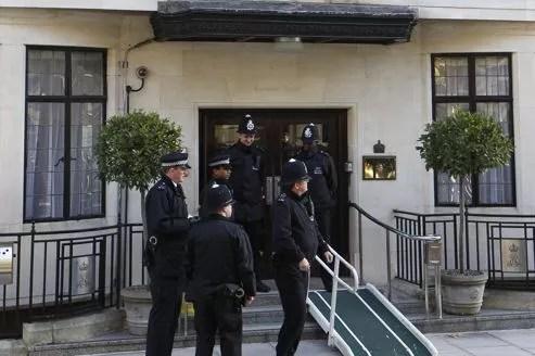 Des policiers devant l'hôpital King Edouard VII où a été hospitalisée Kate.