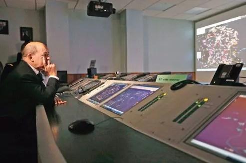 Jean-Yves Le Drian, ministre français de la Défense, dans la salle de commandement de l'armée de l'air, mardi à Paris.