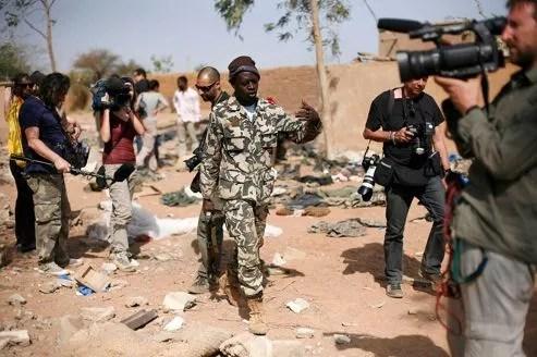 Les militaires maliens ont conduit les journalistes sur les cibles des bombardements de l'aviation française à Konna.