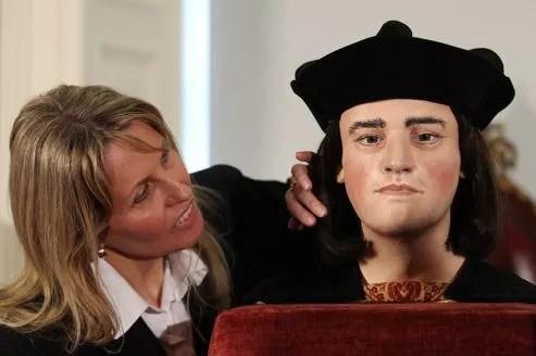 Les couleurs de la peau, des yeux ou des cheveux sont inspirés par les rares portraits du souverain dont on dispose.