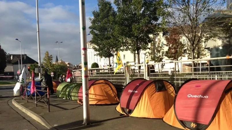 Des salariés en grève de la faim ont planté leur tente devant les locaux de PSA. Crédits photo: Hayat Gazzane