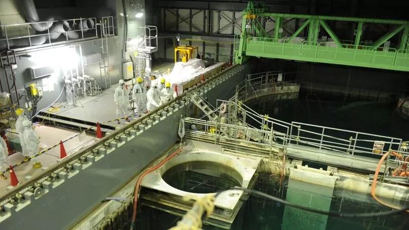Dernière inspection de la piscine du réacteur 4, avant le déchargement des barres de combustibles qui y sont stockées.