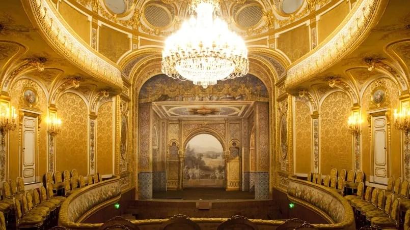 Le petit théâtre impérial de Fontainebleau est désormais le seul lieu en France à posséder encore des tentures capitonnées, décoration dont on était friand au milieu du XIXe siècle
