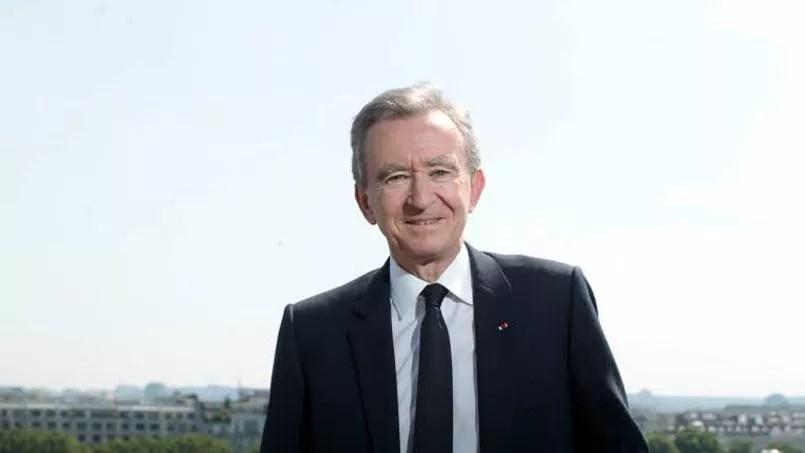 Bernard Arnault, le propriétaire du groupe de luxe LVMH dont il est le président-directeur général, occupe la troisième place du classement avec 3,9 millions d'euros gagnés chaque année. Il est considéré en 2014 par comme la première fortune française avec près de 27 milliards d'euros, soit 2,7 milliards de plus que l'an passé.