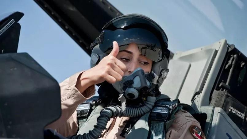 Le major Mariam al-Mansouri, la première femme pilote de chasse des Emirats Arabes Unis, pose dans le cockpit de son F-16 le 13 juin 2014.
