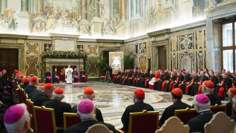 Le pape François, lundi au Vatican, devant les prélats de la Curie à l'occasion de ses vœux au gouvernement de l'Église.