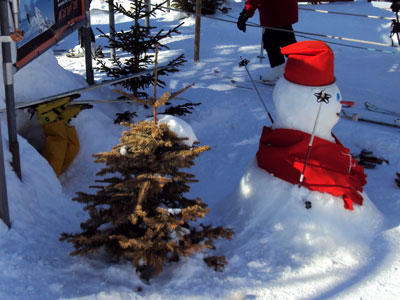 <Picture of a snowman and a skier in trouble in La Clusaz>
