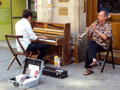 <A busker with a piano in  Paris, France >