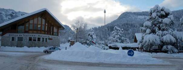 <Photo of the snowy roundabout in Saint Jean de Sixt, France>