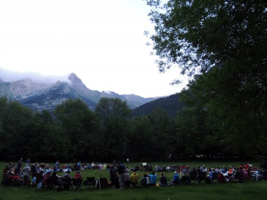 Arriba: encuentro en Monte Perdido de 2015.