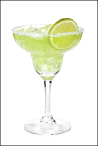 Classic margarita cocktail with lime slice and salty rim. Isolat
