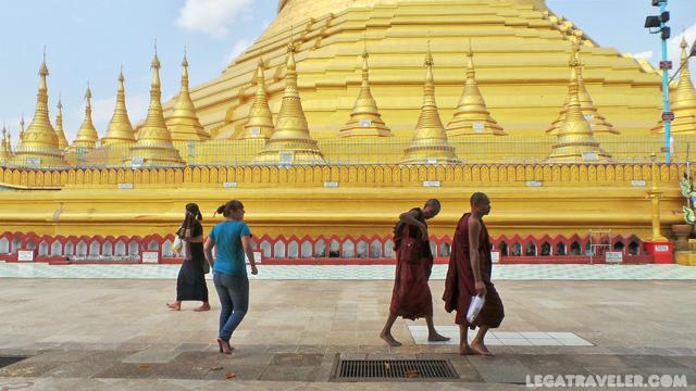 Pagoda Shwemawdaw Myanmar monjes