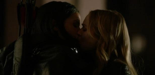 Canário Negro e Nissa Al Ghul beijo lésbico em Arrow