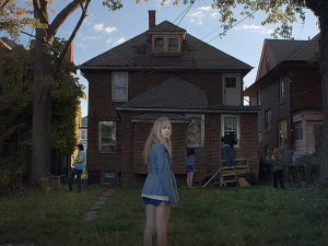 it-follows-2014-002-gang-outside-boarded-up-house-girl-looking-to-camera_1000x750