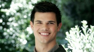 Taylor Lautner pince Lily Collins