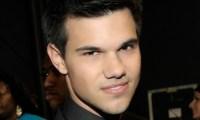 Taylor Lautner subjugué par Lily Collins