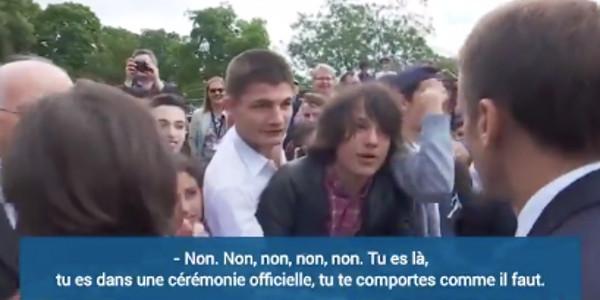 """Emmanuel Macron recadre un adolescent qui l'avait appelé """"Manu""""  (vidéo)"""