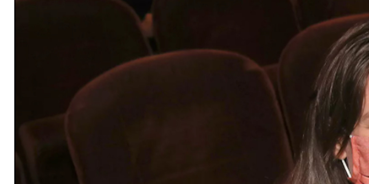 charlotte-casiraghi-dimitri-rassam-sortie-incognito-au-theatre-ses-rondeurs-naissantes-cachees