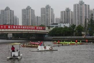 Et autour de la rivière, l'urbanisation shanghaienne...