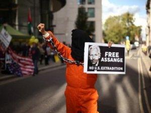 Le cas d'extradition d'Assange est une attaque sans précédent contre la liberté de la presse - alors pourquoi les médias n'en parlent pratiquement pas ? (The Independent) -- Patrick COCKBURN