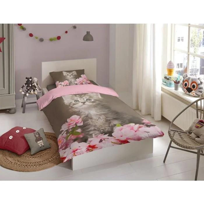 linge de lit rose avec chatons et petales