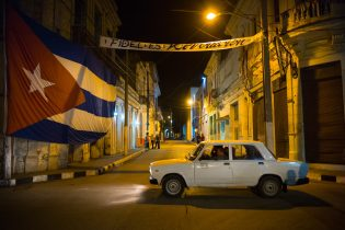 An inscription painted on the wall of an alley in Santa Clara and a huge Cuban flag. They are a tribute to Fidel Castro. Santa Clara, 1 December 2016.