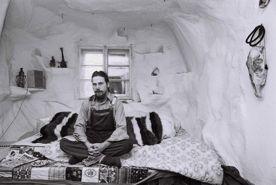 """Harald G., freischaffender Künstler, aus der Serie """"Das Deutsche Wohnzimmer"""", 1980"""