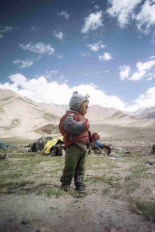 Auf Motorrädern ging es durch die raue Bergwelt des Himalaja. Von Dorf zu Dorf. Unterwegs traf die Gruppe zahlreiche Menschen, denen sie die Sonnenbrillen übergaben.