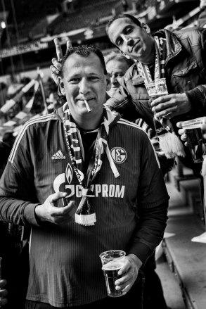 Schalke-04-Fans in der Stadion-Nordkurve, Gelsenkirchen, 2019