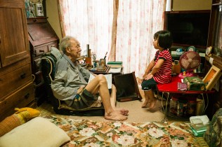 My father, 87 years old, trying to play with Kotoyo again, Sagamihara, Aug 2017