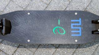 e-Scooter mit Trittbrett aus einem Verbundmaterial, das aus Granit und Carbonfasern aus Algen besteht. (Quelle: TU München)