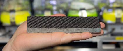 Die Armierung mit Kohlefasern verleiht der Steinplatte eine extrem hohe Festigkeit und ermöglicht damit völlig neue, effiziente Konstruktionen. (Bild: A. Battenberg / TU München)
