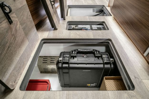 Viel Platz auch für Werkzeug unter den Bodenplatten. (Quelle: Hymer)