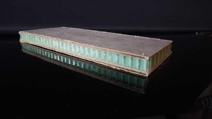Der Wabenkern des Sandwichmaterial soll aus rPet gefertigt werden, die Deckschichten bestehen aus Flachsfasern und Polypropylen aus Abfall. (Quelle: TU Eindhoven)