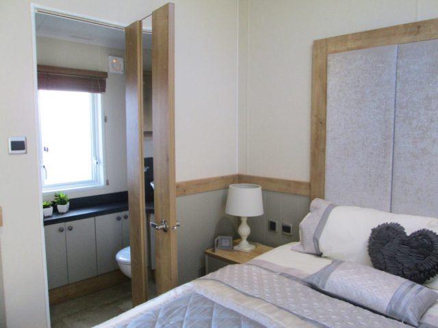 Vogue Lodge - Willerby Holiday Homes Ltd Master Bedroom Ensuite Door