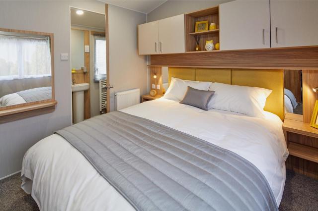 2019 Willerby Castleton master bedroom