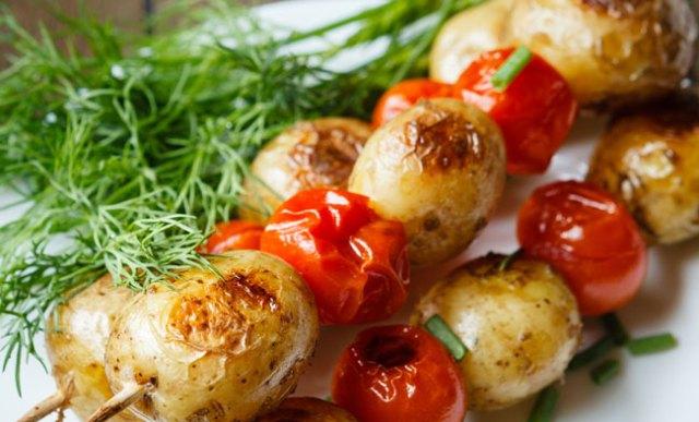 Brocheta de nuevas patatas y tomates cherry