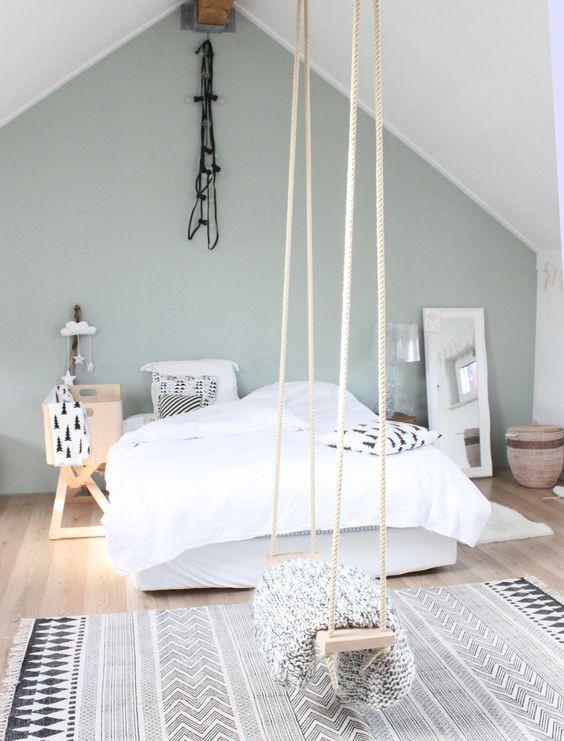 un tapis scandinave au pied du lit le
