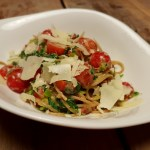 Spaghetti met prei, spinazie en spekjes in een pesto-roomsaus