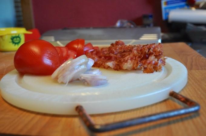 Speck, Zwiebeln und Tomaten