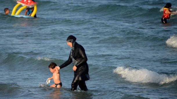 une-tunisienne-porte-le-burkini-sur-une-plage-pres-de-bizerte-au-nord-est-de-la-capitale-tunis_5653669