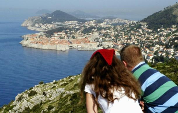 touristes-admirent-la-ville-croate-de-dubrovnik-sur-la-cte-adriatique