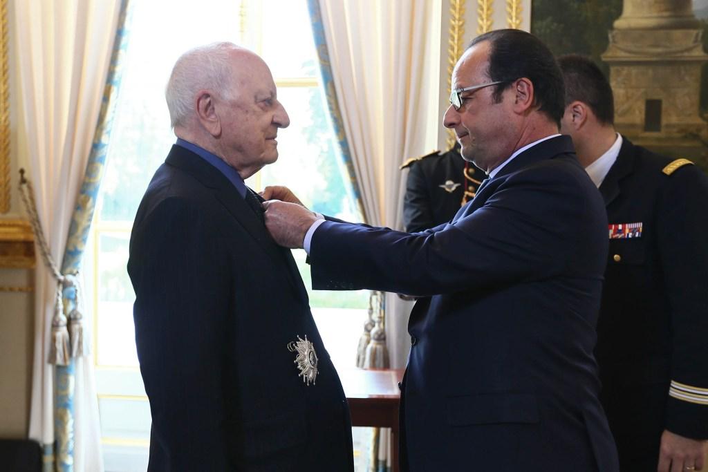 François Hollande remet les insignes de Grand Officier de la Légion d'Honneur à Pierre BERGE