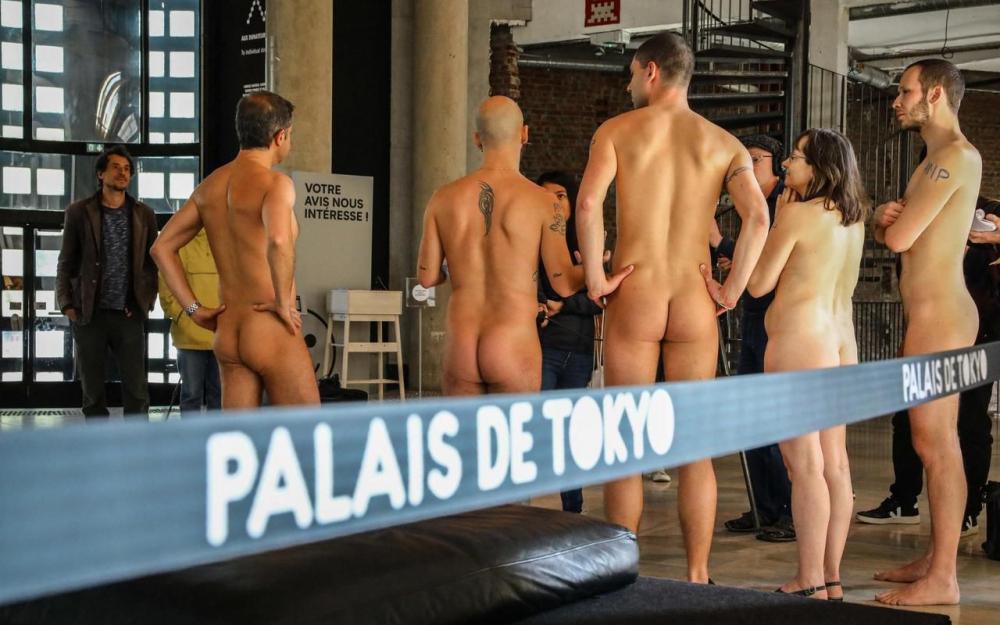 Visite du palais de Tokyo par des nudistes !